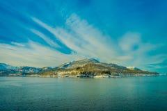 Paisaje asombroso de la vista al aire libre de las escenas costeras de la montaña enorme cubiertas con nieve en el viaje de Hurti Foto de archivo libre de regalías