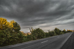 Paisaje asombroso del camino entre las montañas de piedra del otoño con el cielo azul nublado suave azul brillante o las montañas Foto de archivo