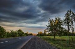 Paisaje asombroso del camino entre las montañas de piedra del otoño con el cielo azul nublado suave azul brillante o las montañas Imagen de archivo