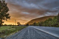 Paisaje asombroso del camino entre las montañas de piedra del otoño con el cielo azul nublado suave azul brillante o las montañas Fotografía de archivo libre de regalías