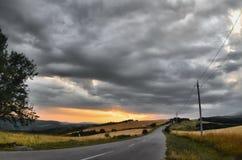 Paisaje asombroso del camino entre las montañas de piedra del otoño con el cielo azul nublado suave azul brillante o las montañas Fotos de archivo