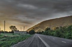 Paisaje asombroso del camino entre las montañas de piedra del otoño con el cielo azul nublado suave azul brillante o las montañas Fotos de archivo libres de regalías