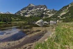 Paisaje asombroso del pico y de los lagos Banski, montaña de Dzhangal de Pirin Imagen de archivo