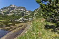Paisaje asombroso del pico y de los lagos Banski, montaña de Dzhangal de Pirin Foto de archivo libre de regalías