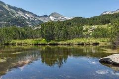 Paisaje asombroso del pico y de los lagos Banski, montaña de Dzhangal de Pirin Imagen de archivo libre de regalías
