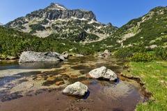Paisaje asombroso del pico y de los lagos Banski, montaña de Dzhangal de Pirin Fotos de archivo