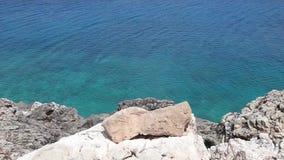 Paisaje azul del mar en el cabo Greco en Chipre almacen de video