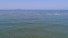 Paisaje bajo del mar con la playa almacen de metraje de vídeo