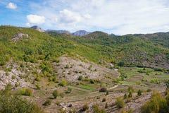 Paisaje balcánico con un pequeño pueblo en las montañas montenegro Imagen de archivo libre de regalías