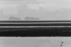 Paisaje blanco y negro de la playa de la marea baja Fotos de archivo