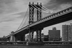 Paisaje blanco y negro del puente de Manhattan Foto de archivo