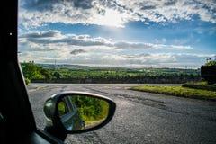 Paisaje brillante con las nubes y los ejes de Sun Foto de archivo