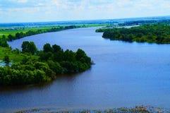 Paisaje brillante con una opinión del río foto de archivo libre de regalías