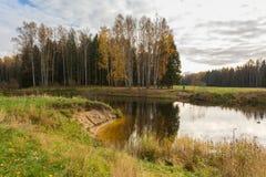 Paisaje brillante del agua del otoño Imágenes de archivo libres de regalías