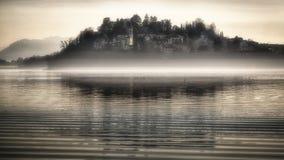 Paisaje brumoso sobre el lago de Varese Fotos de archivo