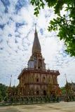 Paisaje budista blanco sagrado del chapitel de la pagoda del ornamental hermoso del templo de Wat Chalong con el cielo azul y el  Fotografía de archivo