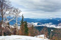 Paisaje cárpato de las montañas del invierno fotos de archivo libres de regalías