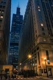 Paisaje céntrico de la noche de la calle de la ciudad del lazo de Chicago Imágenes de archivo libres de regalías