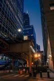 Paisaje céntrico de la noche de la calle de la ciudad del lazo de Chicago Imagen de archivo