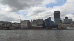 Paisaje céntrico de Londres con los edificios modernos cerca del muelle de la nave del río Támesis