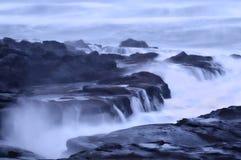 Paisaje cambiante de Misty Ocean Seascape de la playa rocosa Fotos de archivo libres de regalías