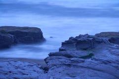 Paisaje cambiante del paisaje marino del océano en la playa rocosa Imagenes de archivo