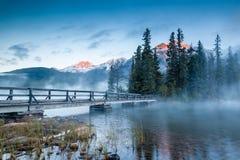 Paisaje canadiense: Misty Sunrise en el lago pyramid en el jaspe, alba Fotos de archivo