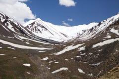 Paisaje cerca del paso de Khardung, Ladakh, la India Foto de archivo