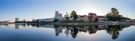 Paisaje Ciudad grande, agua, cielo imagenes de archivo