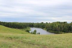 Paisaje: colinas y lago Imagenes de archivo