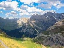 Paisaje colorido asombroso de la montaña con el cielo azul Fotos de archivo libres de regalías