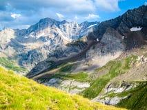 Paisaje colorido asombroso de la montaña con el cielo azul Fotografía de archivo