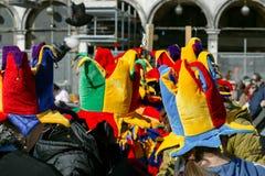 Paisaje colorido de la calle de los sombreros del carnaval Imagenes de archivo