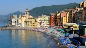 Paisaje colorido de la playa de riviera del italiano del pueblo de Camogli en la provincia de Liguria - de Génova almacen de metraje de vídeo