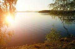 Paisaje colorido de la puesta del sol del verano en el lago Irtyash en Urales meridionales, Rusia Foto de archivo