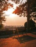 Paisaje colorido de la puesta del sol en la trayectoria del castillo con un fondo del banco Imagen de archivo