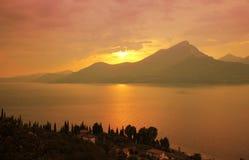 Paisaje colorido de la puesta del sol, lago del garda, Italia imágenes de archivo libres de regalías