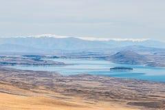 Paisaje colorido del lago Tekapo a través de la neblina Imagen de archivo