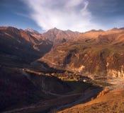 Paisaje colorido del otoño en el pueblo de montaña Fotos de archivo libres de regalías
