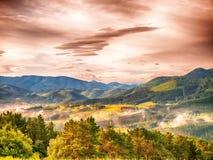 Paisaje colorido del otoño en montañas Fotografía de archivo