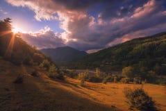 Paisaje colorido del verano en el pueblo de montaña Imagen de archivo