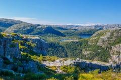 Paisaje colorido del verano en las montañas de Noruega Foto de archivo libre de regalías