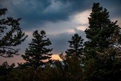 Paisaje colorido en la puesta del sol en las montañas fotografía de archivo libre de regalías