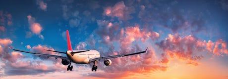 Paisaje con el aeroplano blanco grande del pasajero imagenes de archivo