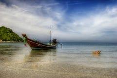 Paisaje con el barco y el perro tailandeses Imagen de archivo libre de regalías