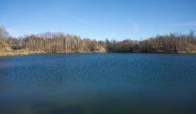Paisaje con el bosque y el lago en otoño Foto de archivo libre de regalías