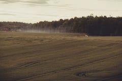 Paisaje con el campo y la niebla Fotos de archivo