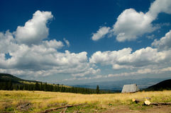 Paisaje con el cielo azul y las nubes blancas Fotos de archivo