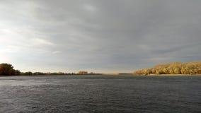 Paisaje con el cielo nublado sobre el río y la orilla amarilla en otoño fotos de archivo libres de regalías