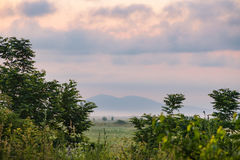Paisaje con el cielo púrpura foto de archivo libre de regalías